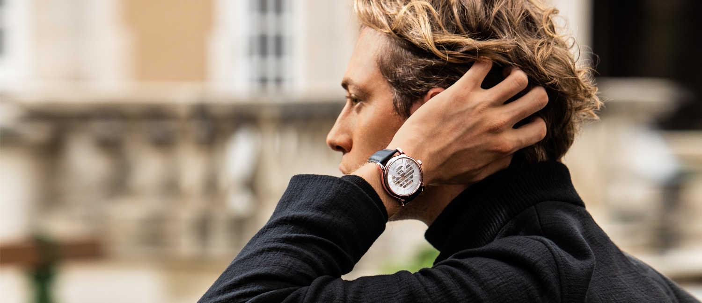 〈エンポリオ アルマーニ〉の新作時計を着こなしのポイントに!大人の冬カジュアルは手元の時計で勝負する!
