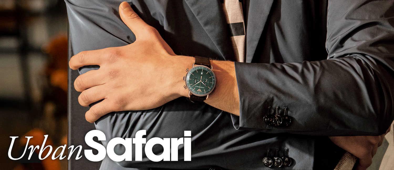 〈エンポリオ アルマーニ〉の渋色時計を足すだけでセットアップ姿にセンスのよさが滲み出る。