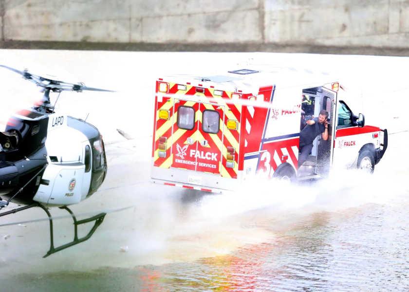 【危機一髪】ヘリコプターと救急車があわや激突!?