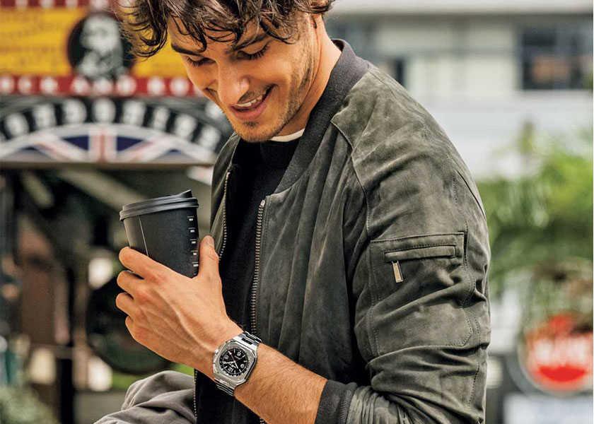 〈ベル&ロス〉の人気シリーズに待望のGMTが登場!旅慣れ男の腕に馴染む洗練顔の都会派時計!