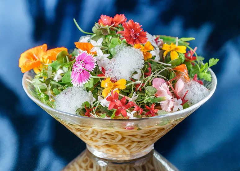 カラダが喜ぶヘルシー料理! 〈ヴィーガン ラーメン ウズ トウキョウ〉アート空間でいただく絶品ヴィーガンラーメン!