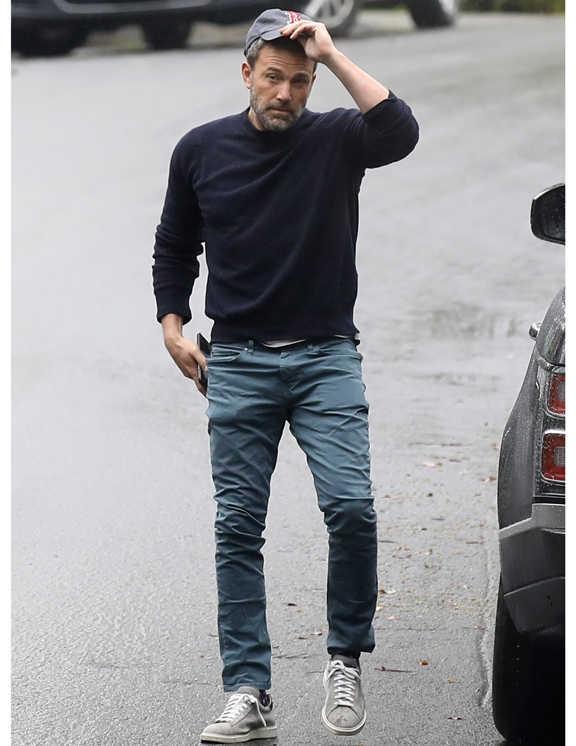 見た目は普通な感じがするコーデだが、彼のうまさはその普通さにある。これを見ればお分かりいただけるが、普通といえども清潔感と都会的な雰囲気があり、これ見よがしじゃない洒落感が漂う。ポイントは、色使い。スウェットシャツを中心に少しずつ色も変化させ、そして、なんにでも馴染むグレイッシュな色を上手に使ったこと。沈みがちなグレーもこれなら生きるし、モダンさが光る大人らしいグラデコーデに。