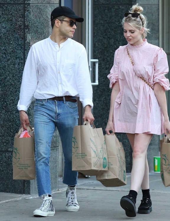 共演がきっかけで恋人になったルーシーとホールフーズでお買い物。そんなシーンで彼が着たのがデニムにシャツにスニーカー。といってもちょっと個性的。白シャツはバンドカラーでリラックス感があるし、デニムは9分丈にして〈ディオール〉のハイカットスニーカーを全見せするというこなし方。キャップを浅カブリして今どき感たっぷりに見せたのは彼らしい。