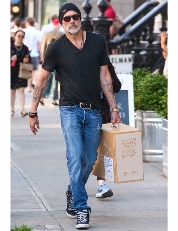 ブルーデニムに黒のTシャツというワイルド感たっぷりのデニム姿でお買い物をしているジェフリー。黒Tは精悍に見えるという利点もあるが、やはり爽やかさには欠ける。でも彼がそう見えないのは、Vネックで肌見せをし、ベルトのフロントにTをしっかりと引っかけているからだろう。さらに、ネックスレやブレスレットなどの小物でこなれた雰囲気をプラスしたことも効果的!