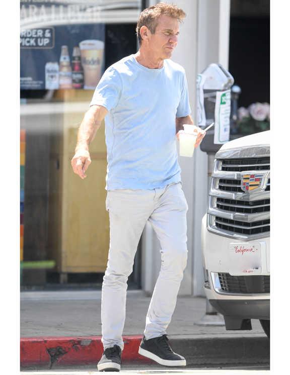 ライトブルーのTシャツに淡~いグレーのパンツという淡色合わせで、爽やかさ満点コーデを披露した60も半ばを過ぎたデニス。いい年になると、こんな若々しいブルーを着るのはちょっと恥ずかしい……な~んて思ってしまうが、彼は、こういった明るい色にモダンなグレーや黒などを合わせることで、さりげなく落ち着きのある雰囲気を演出している。これが、ブルーデニムなどでは下手に輪被って見えてしまうからね。
