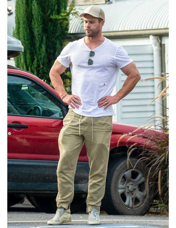 お次はクリス・ヘムズワースの白Tコーデ。彼は、ベージュのリラックスパンツにベージュのスニーカー、さらにキャップまでベージュにしてワントーンまとめ。こんなとき、彼のようにTシャツがピタッとフィットするサイズを選ぶほうがいい。ベージュは大人っぽいけど、ワントーンにするとボヤけがちなので、シルエットでメリハリをつけるのがポイント。
