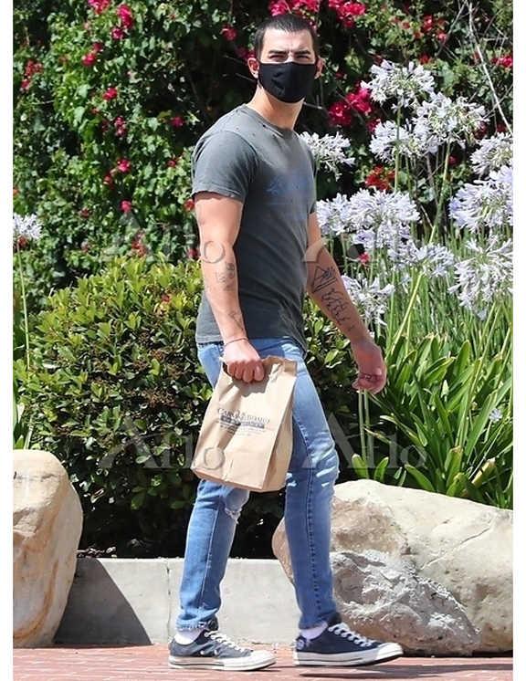 ベリーショートにヘアチェンジをした風貌が新鮮なジョー。この日は、膝に軽くクラッシュの入った淡青デニムで登場。デニムに爽快感があるので、トップはグレーのプリTで落ち着かせているよう。これも、一見普通のTデニコーデに見えるけど、よ~く見ると、Tシャツにはダメージ入り。この加工がデニムのダメージとさりげにリンクして、洒落感がぐっと増しているってわけ。こんなところに気を使えるなんて、やっぱりジョーはお洒落だ。