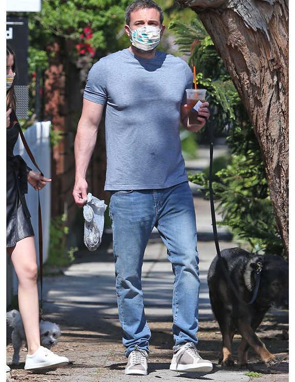 いい年の大人がデニム×Tシャツを上手に着こなすには、色ももちろんだが、そのフィット感に注意するほうが先決かと。それを教えてくれるのがこのベンだ。ラフになりがちな青デニムは必要以上にゆるくしたり細くしないで、ほどよくフィットのシルエットを選ぶ。そして、Tシャツはジャストフィットで丈短め。こんなふうにカラダにあったモノ選びをしてみて。自分の体型を理解すると、もっとお洒落に見えるはず!