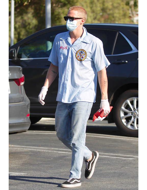 """淡青デニムに〈ヴァンズ〉の""""オールドスクール""""。これだけでもうザ・アメカジ的なコーデだが、彼はここにレトロだけど爽やかさが際立つ水色のボーリングシャツをオン。淡青×水色では全体がボヤケてしまいそうだが、シャツにワッペンや刺繍などが施してあるおかげでそんな心配もなし。シャツのレトロ感とデニムが好相性なうえに、ジャスト丈のデニム選びも上手い!"""