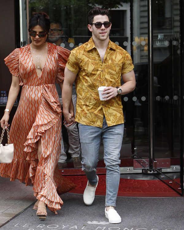 パートナーで女優のプリヤンカーと歩く洒落者ニック。渋イエローの柄シャツには、陽気なヤシの葉などが描かれていて、夏気分満載。色の主張が強いシャツを主役に選んだ場合、ボトムの主張は控えめに。しかも都会的なグレーデニムを合わせるのがバランスいい。コーデでアクセントがあるので、足元は冒険せずに白スニーカーで爽やかにするのが正解。こんなふうに着こなせば、ちょっと派手めなシャツだとしても、ホラ、陽気すぎることない!
