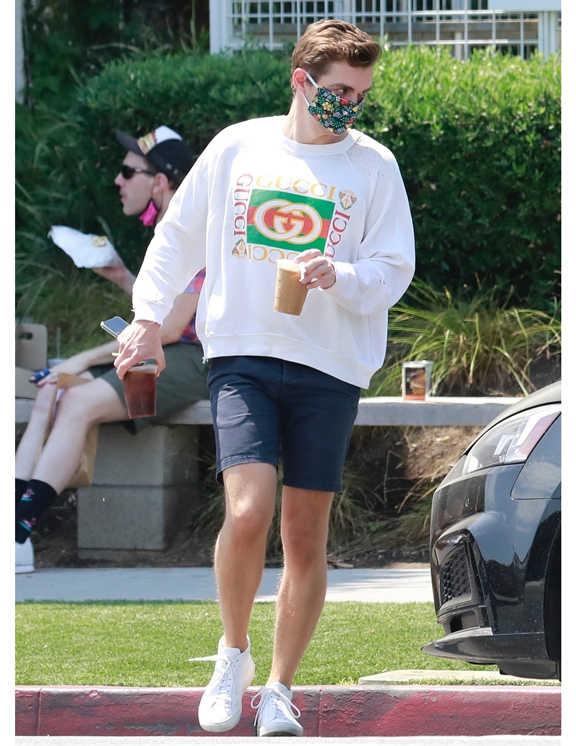 クリーンでスタイリッシュな着こなしを得意とする俳優のデイヴ。この日も白×ネイビーの好感度バツグンコーデで登場。ポイントはやはり、〈グッチ〉のスウェットシャツだろう。ショーツ×スウェットシャツのカジュアルコーデも、〈グッチ〉のロゴのおかげでワンランク上の大人カジュアルに昇華している。カジュアルコーデを大人見せしたいときは、彼みたいにブランド力に頼るのもひとつの手。