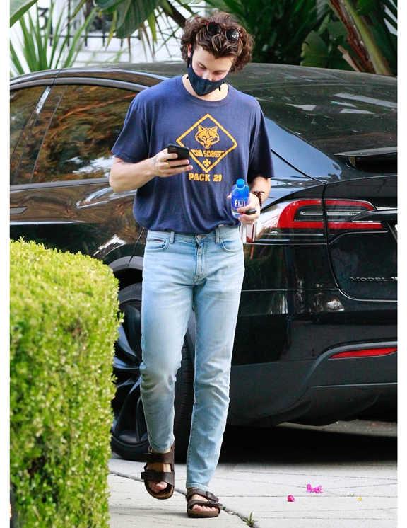 最近はスポーティなスタイルがお好みだったショーンも、この日は珍しくデニム姿。淡青デニム×ネイビープリTのアメカジスタイル。で、足元は〈ビルケンシュトック〉でヌケ感出し。コーデのポイントは、Tシャツをオールインしているところ。というのも選んだTシャツがオーバーサイズなので、インすることでミニマルに見せ、Tイチコーデをスタイリッシュに仕上げているってわけだ。オーバーサイズをだらしがなく見せないテク、いろいろ使えるので、参考にしてみて!