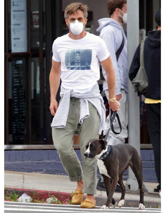 愛犬の散歩をするお洒落上級者クリス。この日は、グラフィックTにドローコード付きのイージーパンツを合わせたワンマイルコーデ。でも、ご近所だからといって手を抜かないクリス。足元にドライビングシューズを合わせてリラックス感の中に大人の品を追加。さらには、腰にスウェットシャツを巻いて、シンプルなTイチコーデに立体感をプラス。お散歩コーデも、やっぱりお洒落上級者。