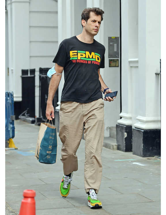 """シンガーソングライターであり、DJでもあるマーク。この日着ていたのは、アメリカのヒップホップグループ""""EPMD""""のバンドTシャツ。面白いのはそのロゴのカラーを使ったリンクコーデ。まずは彼の足元に注目してみて。この日履いていたのは、〈ナイキ〉のスニーカーなんだけど、スウッシュやアッパーのカラーがTシャツのロゴとカラーリンクしているでしょ? おかげで、パンチの効いたロゴTも全体を見ればバランスよくまとまっている。こんな遊び心満載のコーデができれば、普段のお洒落ももっと楽しくなる!"""