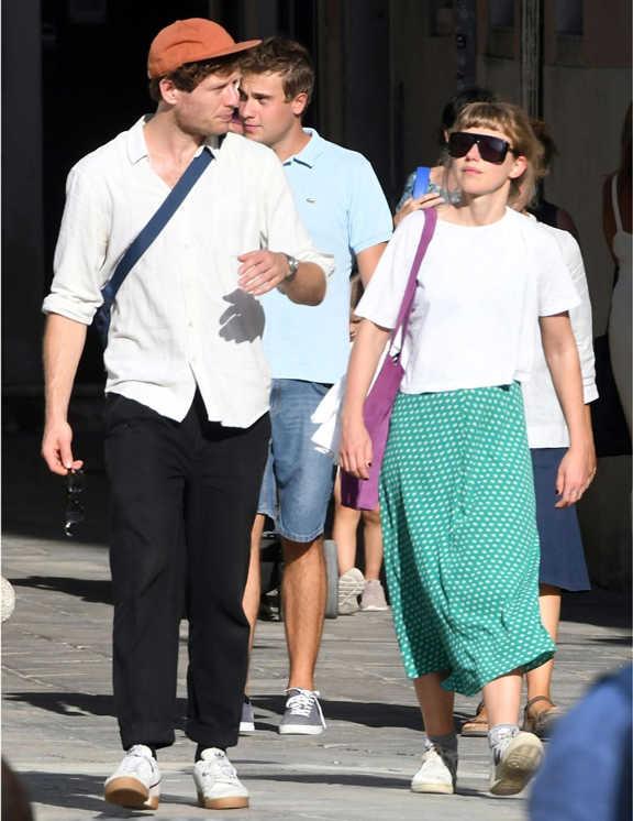 イギリスで活躍する俳優ジェームズ・ノートン。この日は彼女と一緒にイタリアのベニスを訪れていた模様。この日の彼のコーデは白シャツに黒パンツ合わせという至って普通なコーデ。と思いきや、見てほしいのが彼のスニーカー、そしてキャップだ。なぜかというと、よ~く見るとソールとキャップの色がリンクしているからだ。なんの変哲もない無難なコーデの場合、こんな感じに小物で色をリンクさせてアクセントを作るっていうのもコーデを新鮮に見せるひとつの手。マンネリを感じているなら是非試してみて!