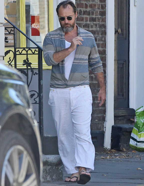 ワイルドに生やした無精ヒゲでさらに貫禄が増した最近のジュード・ロウ。この日はゆったりサイズのストライプパンツにビーサン合わせという彼の好きなリラックススタイル。ボトムがルースなぶん、大人顔のシャツを合わせることでだらしなく見えないようにしっかりと工夫している。しかもこれが襟なしのバンドカラーだから、ボトム同様リラックス感が漂って、全体がまとまって見える。途中までガバ開けして、V字を作った着こなしも個性的でお洒落!