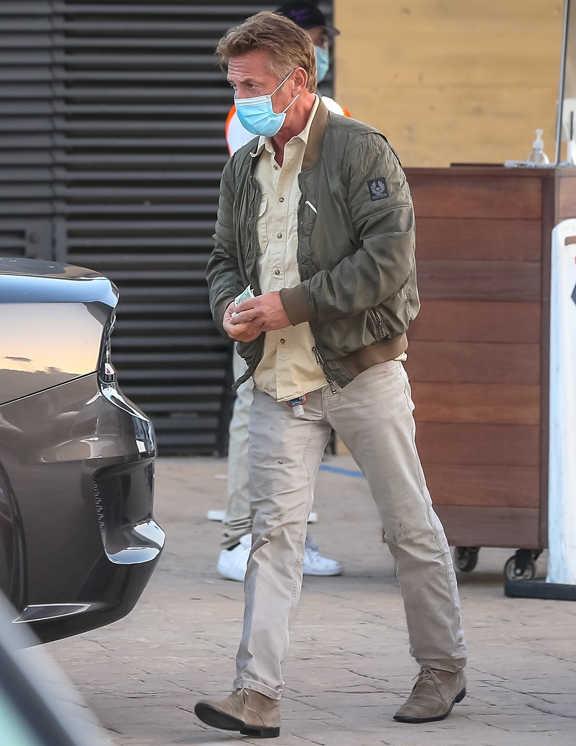 現在60歳の俳優ショーン・ペン。この日羽織ったのは、カーキのM A−1で、その姿は貫禄たっぷり。着こなし上手な彼は、カーキのM A−1はミリタリー感が強いのをわかっているのだろう。インに淡イエローのシャツを挟むことで軽快さをプラスし、ガチなミリタリー感を緩和。ボトムもベージュにし、全体を優しげに見せることに成功。あとは、スニーカーではなく彼のようにスウェード素材のシューズを合わせれば、年相応のM A−1スタイルの完成というわけだ。