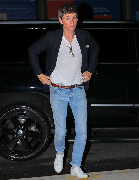 エディ・レッドメインのジャケデニコーデを目撃。一般的なジャケデニスタイルだが、彼が上手なのは、中のTシャツをタックインすることで、見た目にすっきり上品に見せていること。さらに、これには脚長効果もアリ(〈カルバン・クライン〉のパンツも見せてる!?)。ネイビーのJKには、Tシャツとスニーカーの白できっちりとヌケを作り、サングラスを引っかけてこなれ感をプラスするなど、上手にカジュアルダウンさせているコーデだ。こういったシンプルコーデは、細かいテクで差をつけることが大事!