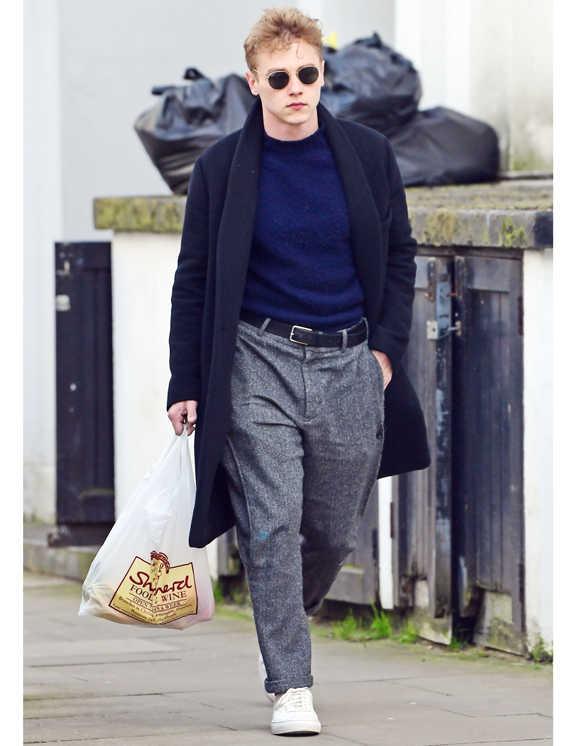 俳優ベン・ハーディの上品なコートスタイルを目撃。シンプルなコーデではあるが彼がお洒落に見える理由はボトムにあり。こういったロング丈でシックなコートの場合、通常細身のパンツを合わせてスマートに見せるのが常套手段。だが、彼が選んでいるのは腰や太腿がゆったりとした今どきのパンツだ。とはいえ、スラックスのようなウールな生地感を選んでいるので、コートの上品さとも違和感なし。ちなみに、ゆるっとしたパンツを履くなら、彼のようにニットをタックインするなど、すっきり見せのバランスを取るのは必須!