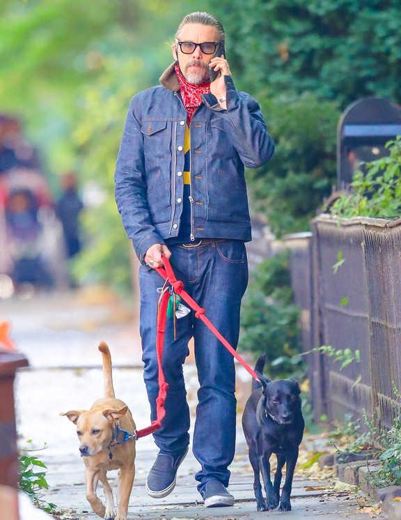 俳優のイーサン・ホーク。この日は、2匹の愛犬と散歩している姿をキャッチ。濃紺デニムで上下を揃えているが、ボア襟やインに着たグラフィックTでアクセントを効かせ、野暮ったさを回避。恐らくマスク替わりに使っている赤のバンダナも差し色としていい役割になっている。愛犬の散歩姿とは思えないお洒落っぷり。大人はこんなふうに抜かりないコーデでいたい。