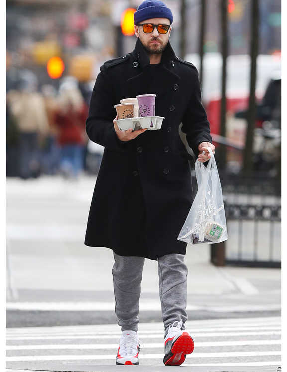 スウェットパンツにロングコートを合わせるという異色の組み合わせで登場した、ジャスティン。大人感のあるスポーツミックスに仕上げている彼らしいコーデだ。ロングコートを着ると、どうしても足元をドレッシーにしたくなるが、ここはあくまでスウェットパンツに合わせてハイテクスニーカーを合わせたところも新鮮。ちなみに、レッドのミラーサングラスで顔まわりにもアクセントを作っている彼だが、よ~く見ると、スニーカーにもレッドが使われている。これはどうやらリンクさせている!?