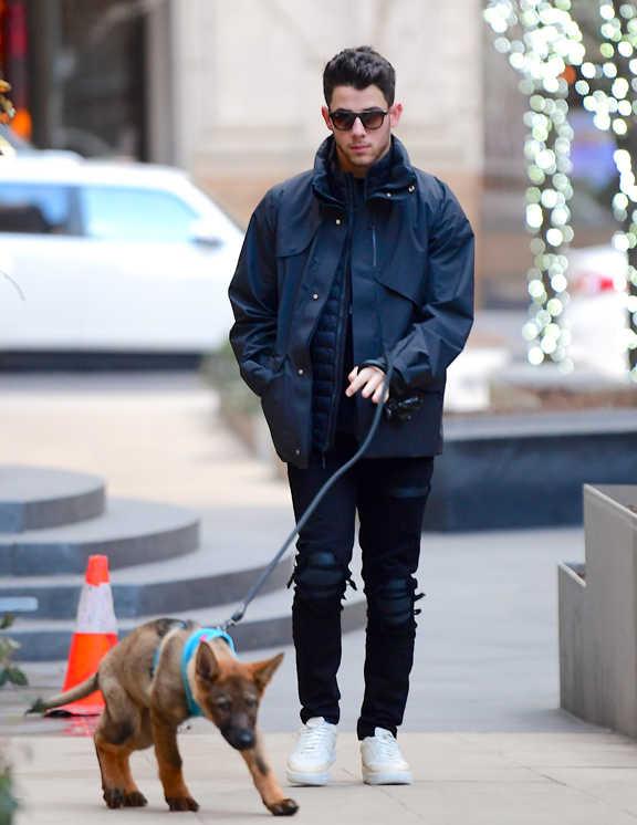 愛犬の散歩中とはいえ、大人らしく都会的なネイビーでまとめた上品スタイルを見せたニック。このコーデのポイントと言えば、ワントーンであるが、これをのっぺりしないように上手にこなしているところが彼のすごいところ。ジャケットは艶だし素材で、インは薄手のダウンジャケットで立体感増し。ボトムは、ダメージ&リペア加工でエッジを効かせ、足元は白。かなり考えられている、お手本のような完璧ワントーンコーデだ。