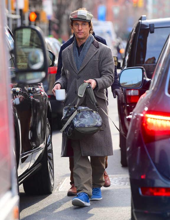 俳優マシューのコート姿をチェック。ここのところ、冬場はもっぱらロングコートスタイルがお気に入りのマシュー。この日に選んだのは、ヘリンボーン柄のブラウンコートだ。ボタン上までしっかり締めて、頭にはハンチングを被り、コート姿をよりクラシカルな仕上がりにしている。しかし、足元は? と見てみると彼が履いていたのは、なんとランシュー。アンバランスすぎるかと思いきやこれが意外にハマっているから面白い。しかもカラーはあざやかなブルーでコーデにアクセントも効かせられている。コート姿のマンネリにお悩みなら彼のスタイル真似て