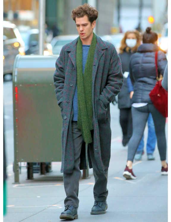 グレーのロングコートにグレーのパンツ、一見ワントーンコーデに見えるものの、彼のコートにはうっすら赤いチェックのラインが見える。確かに冬は、アウターの色が落ち着きがち。しかし、彼のように絶妙な具合の柄モノならワル目立ちすることなく、ただのコート姿とは一線を画した印象に。あとは彼のマフラー使いも着こなしに個性やアクセントを加える面で効果ありなので、参考にしてみて!