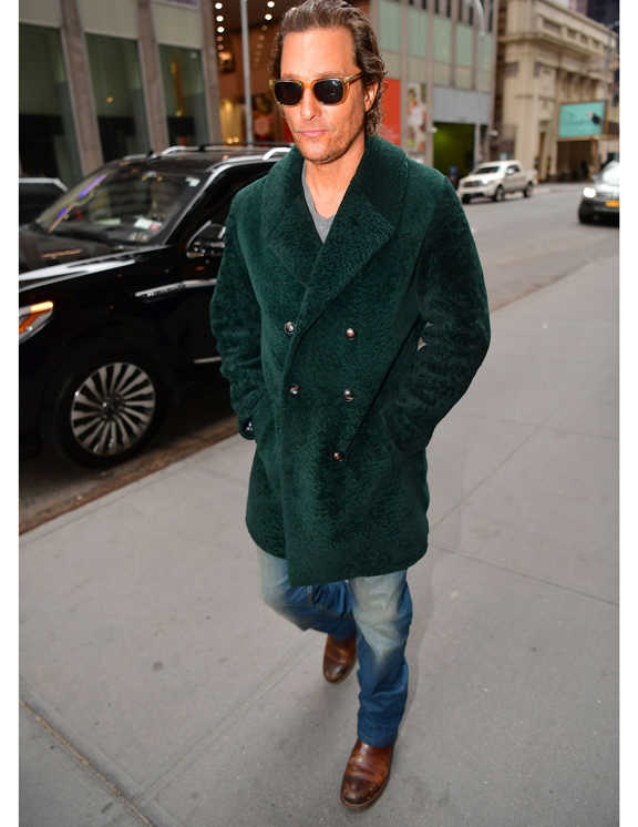 深グリーンの上品なダブル仕立てコートに身を包んだマシュー。インはTシャツ、デニムにブーツと、すべて武骨なアメカジまとめ。とはいえ、シンプルな定番アイテムなので主張が強すぎず、上品コートとも上手に馴染んでいる。普通であれば、こういったダブルのコートはコンサバに見えがちだが、そうならないのが彼らしい。というのも、ウールやメルトン生地ではない、ひとクセあるモコモコ素材をチョイスしているから。見た目に立体感が出て、存在感も抜群。彼のバランスよくカジュアルダウンさせるこのテク、真似したい!