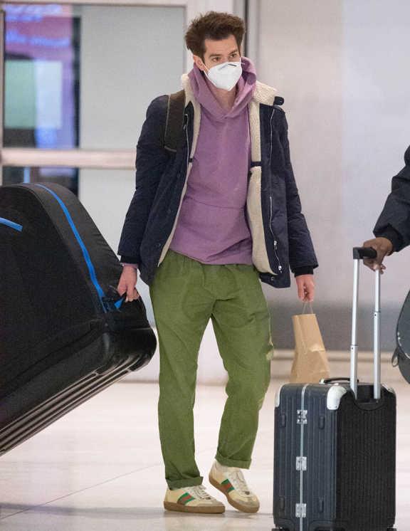 空港にいるアンドリュー・ガーフィールドを目撃。この日の彼はいつもよりカラフル!? でも、よ~く見てみると、ただカラフルなアイテムを組み合わせているだけではないようだ。それは、足元で存在感を放つ〈グッチ〉をメインアイテムにしてスタイリングしたからのよう。で、スニーカーのラインの色を見てみて。グリーン=カーキのパンツ。赤=パープルのパーカ。ほら、なんとなく色合いが合っている気がしない? しかも、ドンズバじゃなくて、若干色合いを変えてのリンクというところがニクイ! 〈グッチ〉のスニーカーを象徴するカラーでリンク