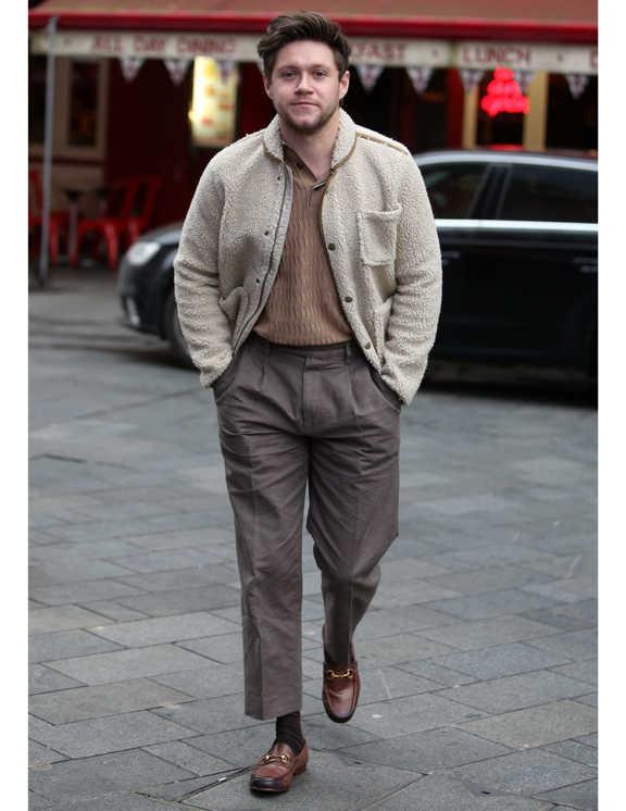 普段ネイビーや黒などの着こなしが多いナイル。この日はぐっと大人っぽいベージュ系を中心にまとめたコーデを披露。彼が上手なのは、カジュアル感の強いモコモコ素材のアウターを、合わせで大人っぽく見せているとこ。たとえば、トップはポロシャツ風、ボトムはセンタークリース入りの上品パンツにして、足元はかっちりローファー。これにモコモコアウターだと、チグハグになりがちだけど、ベージュ系で揃えたことで、うま~くまとまっている。このワザ、いろいろなコーデ術で使えるから覚えておいて損なし!