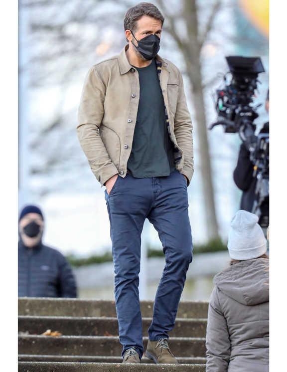この日のライアンは、ネイビーのパンツに味な墨黒Tシャツを合わせて絶妙なコントラストを作り、ベージュのシャツジャケットで軽快さを見せるという、3色使いコーデを披露。この色違いがチグハグにならず上手にまとまって見えるのは、どれもがシックカラーなうえにオーセンティックだからだ。これによって、落ち着き感がぐっと出る。さらに上手いのが、シルエット作り。テイパードの効いたパンツにショート丈のTシャツ&ブルゾンで男らしい逆三角形を形成。しかも、カラダにジャストフィットしているから、清潔感を感じる。これは、マネできそう!