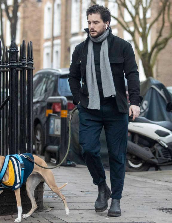 俳優キット・ハリントンは、濃紺チノパンに黒のセーター、黒のブルゾンと全体をダークトーンでまとめて登場。散歩コーデにしてはかなり上品。ということからも、彼はかなりのお洒落好き。ポイントは、うまい具合にこなれたアクセントになっているグレーのマフラー。ダークコーデに1点、こういった淡色をモノトーンを差しこむだけで、全体が平坦にならずに立体感が出てくるという好例だ。あとは、襟を立てたり、パンツの裾をロールアップしてみたりと、細かいところでニュアンス出しに手を抜いてないのもお洒落!