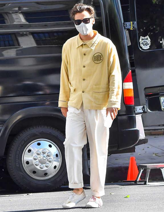 セレブ屈指の洒落者ハリー・スタイルズ。この日も淡いイエローのシャツジャケットを羽織り、白パンツを合わせて、お目立ち&爽やかさ満点なコーデを披露。実は白パンツって、キザに見えたり、コワモテに感じられることが懸念されるが、ポイントとして、彼のようなゆったりサイズを選べば問題なし。難易度が高いと思われがちだけど、リッチで爽やかな印象に導くにはもってこいのアイテムだから使わない手はない。ボトムがゆったりなら、トップのシャツは一番上まできっちりボタンをとめてきちんと感を演出するなど、そんな細かいテクも彼は計算済み!