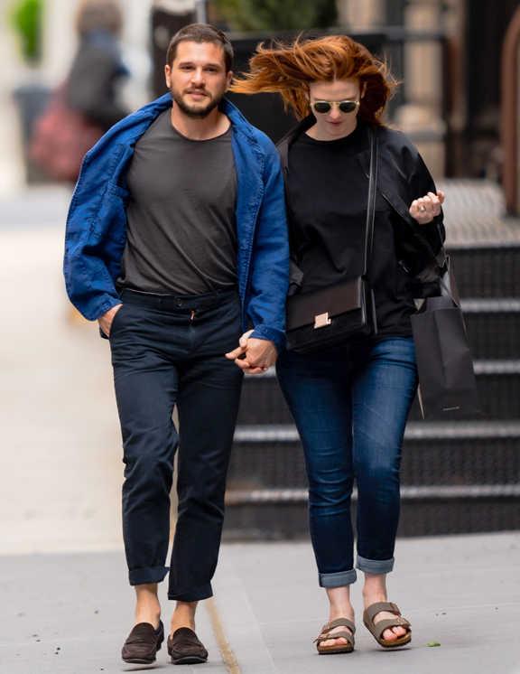 英国の俳優キット・ハリントンのデートコーデを目撃。ネイビーのチノパンに、ブルーのシャツジャケを羽織った、彼らしい上品コーデ。今回彼のコーデで注目したのは、ジャケットのインに合わせたTシャツの色。ネイビーのパンツにブルーの羽織りものとなると、白Tを合わせたくなるところだが、彼のチョイスは、チャコールグレー。それぞれのアイテムのカラーとのコントラストをはっきりさせないことで、全体をまとめて見せているようだ。これならシックな雰囲気も強まるしね。大人感出しに足元をローファーにしているのもデートっぽくてマネしたい。