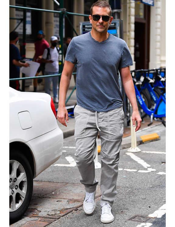 俳優ブラッドリー・クーパー。ご存知、お洒落セレブの1人。彼を見ているとお気に入りのアイテムはヘビロテするっていうのが特徴のよう。で、この日履いているグレーのパンツもそのお気に入りのひとつだ。パンツは、ほどよく余裕のあるシルエット。ドローコードが出ていることから、イージーパンツ仕様で楽ちんそうだ。そのコードを外側に垂らしてして見せることで、よりリラックス感のある雰囲気に仕上げられている。Tシャツは褪せ感のあるグレーで、ダメージ加工が施されている様子なので、男らしさも加味できていて、シンプルなのにかっこいい!