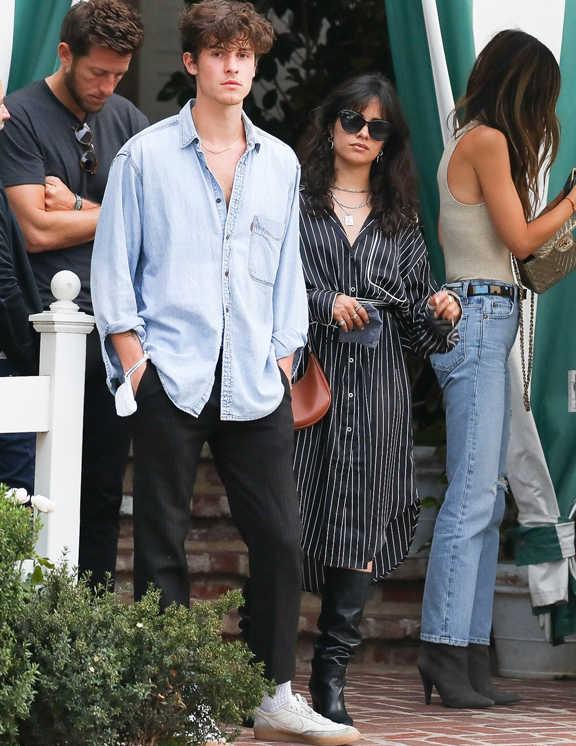 お洒落シンガーのショーン・メンデス。黒のパンツを愛用している彼は、この日も黒パンツ。ボトムをスタイリッシュに引き締めているぶん、バランスを取ってトップには、薄〜いブルーのデニムシャツを合わせ、カジュアルさを出しているのが特徴。特にシャツ選びが目につく。見てのとおりオーバーサイズのシャツだ。ボトムのきちんと感に、旬のゆる~い雰囲気をプラス。しかも、肩を落として着こなしたり、ボタン開けや袖捲りなど、無造作に着こなすことで、若々しい遊び心を出しているようだ。この夏は、こんなシャツの着こなしに挑戦してみて!