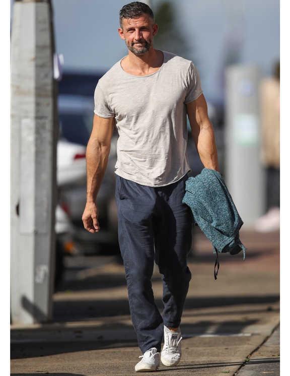 俳優やテレビパーソナリティとして活躍中のティム。もともとフィットネス業界にいたこともあり、その肉体美はご覧のとおり。彼のようにたくましいカラダの持ち主は、ピタピタなTシャツを着ると、筋肉をこれみよがししているようで少しイタイ印象に。で、正解がコチラ。うっすらと筋肉のラインが見えるくらいのゆるさのあるサイズ。しかも、クタっとしたユーズド感のあるTシャツを選べば、お洒落上級者のようなこなれ感も上々だ。ちなみに筋肉美を披露するのであれば、彼のように袖を調整して、上腕二頭筋で見せるくらいが大人にはちょうどいい。