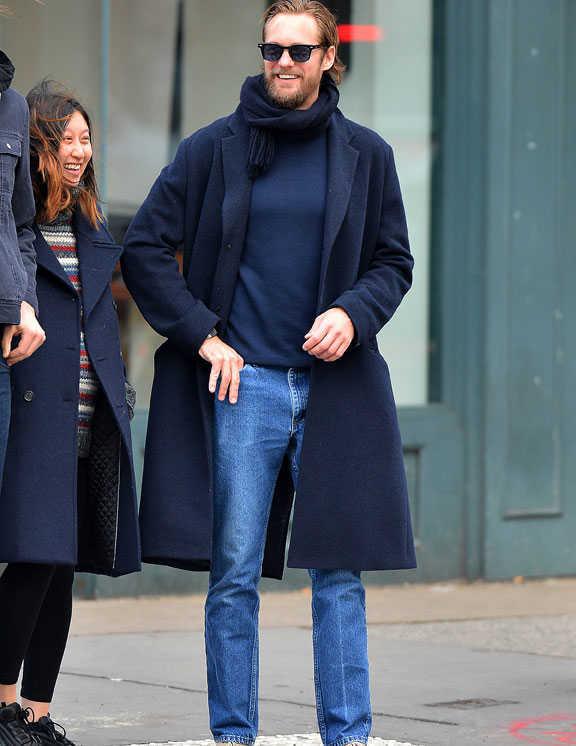 清潔感あふれる爽やかさが漂うのはなぜ? それは一目瞭然、ネイビーワントーンのおかげ。少々髪を伸ばしてワイルド感が強まったアレクサンダーだけど、元々持っている品のよさとネイビー効果で、好感度大だ。今季注目のオーバーサイズ気味のコートとコンパクトにまとめたマフラーの身につけ方も今っぽく、デニムに薄い青を選んだのも軽快さがプラスされて好バランス。冬のネイビー使いのお手本に是非!
