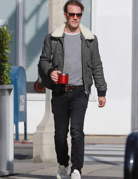 LAでも旬なボア襟付きジャケットのコーデ。俳優のジェームズは、シックなヘリンボーン生地の白ボア襟タイプを選び、無彩色アイテムだけですっきりと仕上げた。見どころは、白スニと襟元から覗く白Tを、白のボア襟とカラーリンクさせたこと。これにより、落ち着いた中にも、軽快で若々しい印象がアップ。冬コーデは見た目に重くなりがちなだけに、こんな白の効果も上手に活用したい。