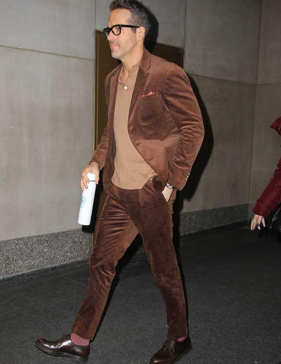 茶系で統一した見事なスーツコーデを披露した俳優ライアン。スーツ素材は中畝のコーデュロイ。脚に沿ってテイパードしたパンツが実にスタイリッシュだ。ベージュのニットポロは単体ではオヤジっぽい印象だが、茶のワントーンの中で着ると大人らしさが際立ってくる。また、チーフとソックスをボルドーで合わせた点にもご注目を。この目立ちすぎない玄人好みのアクセント、う~ん、泣かせる!