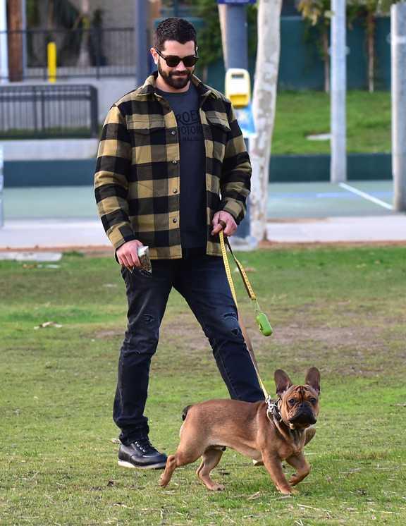 LAで愛犬の散歩をするジェシーは、アメカジスタイルの王道アイテム、ブロックチェックのシャツジャケコーデで登場。この手のチェックは存在感があるため、ほかのアイテムをすべて黒でまとめるなどひと工夫すると、小僧っぽくならずにスタイリッシュにまとまるはず。インに着たTシャツのロゴまで黒に徹すれば、主役のシャツジャケがぐっと際立つ。今季はシャツジャケが注目されているから、是非お手本に!
