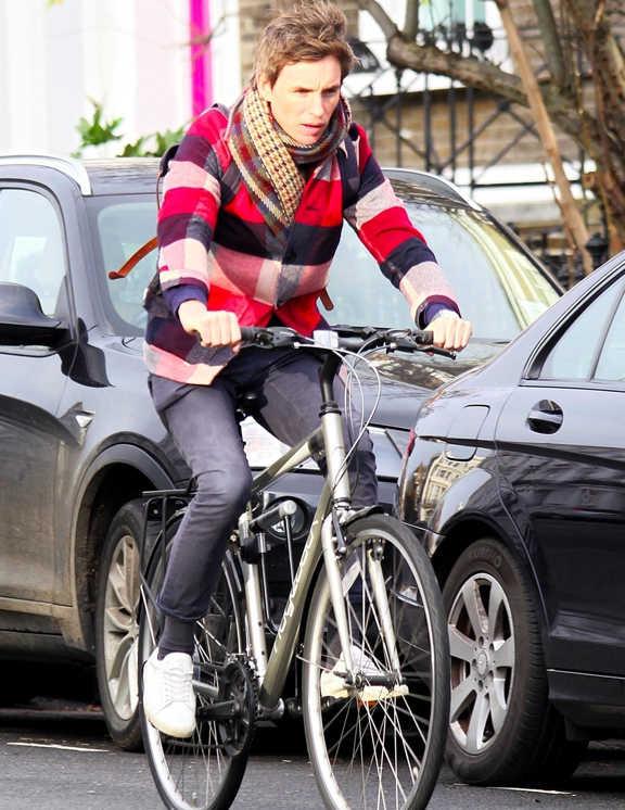 カジュアルを品よく仕上げるのがお得意のエディ。この日は自転車に乗るためか、ボトムはリブパンツ。ふつうなら、スウェットパーカにナイロンJKなんて合わせそうだけど、都会派の彼が選んだのはシャツジャケット。パンツの黒とリンクをさせているので、チェック柄が少々派手でもきれいにまとまるという好例。英国調チェックのストールを垂らさずにシャツジャケに入れこんで着用しているのも、品よく見せるテクかも!