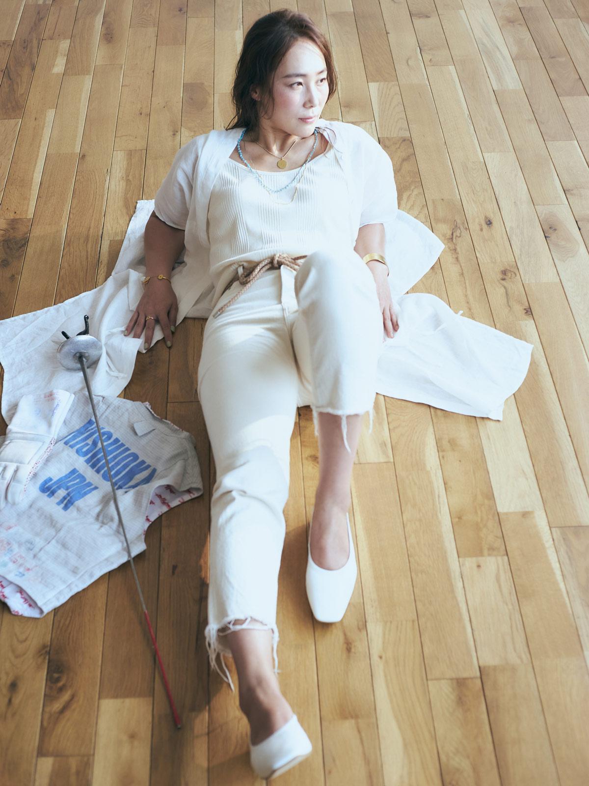 フェンシングの実力者【西岡詩穂】が白デニムの着こなしに挑む! スラリとした体型に似合う、全身白スタイル!