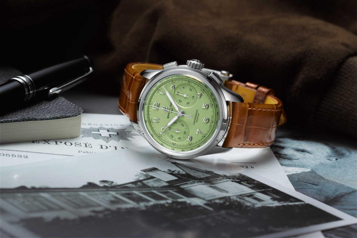 〈ブライトリング〉の新作時計は コーデに軽快さを出せる淡色グリーン!