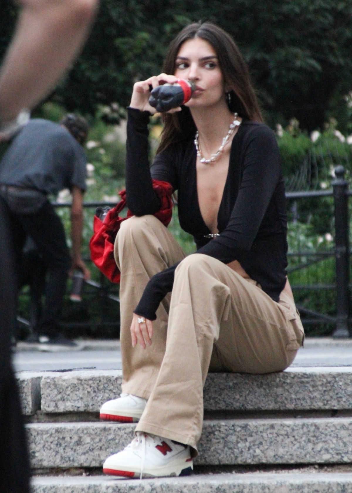 コーラを飲んでる美女の正体とは?
