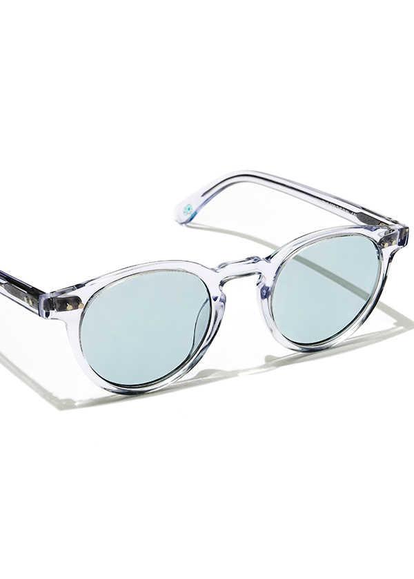 涼しげな目元を演出するクリアブルーのサングラス!