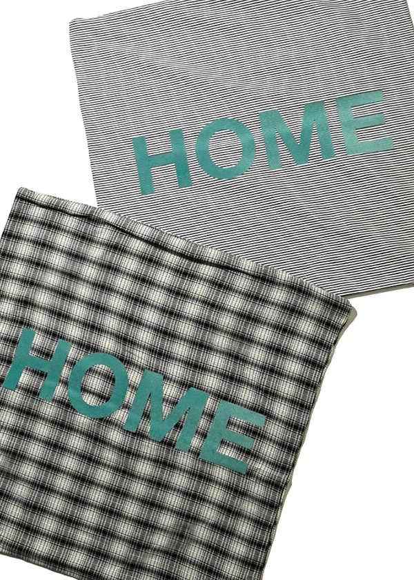 """HOME""の文字が印象的なクッションカバー!"